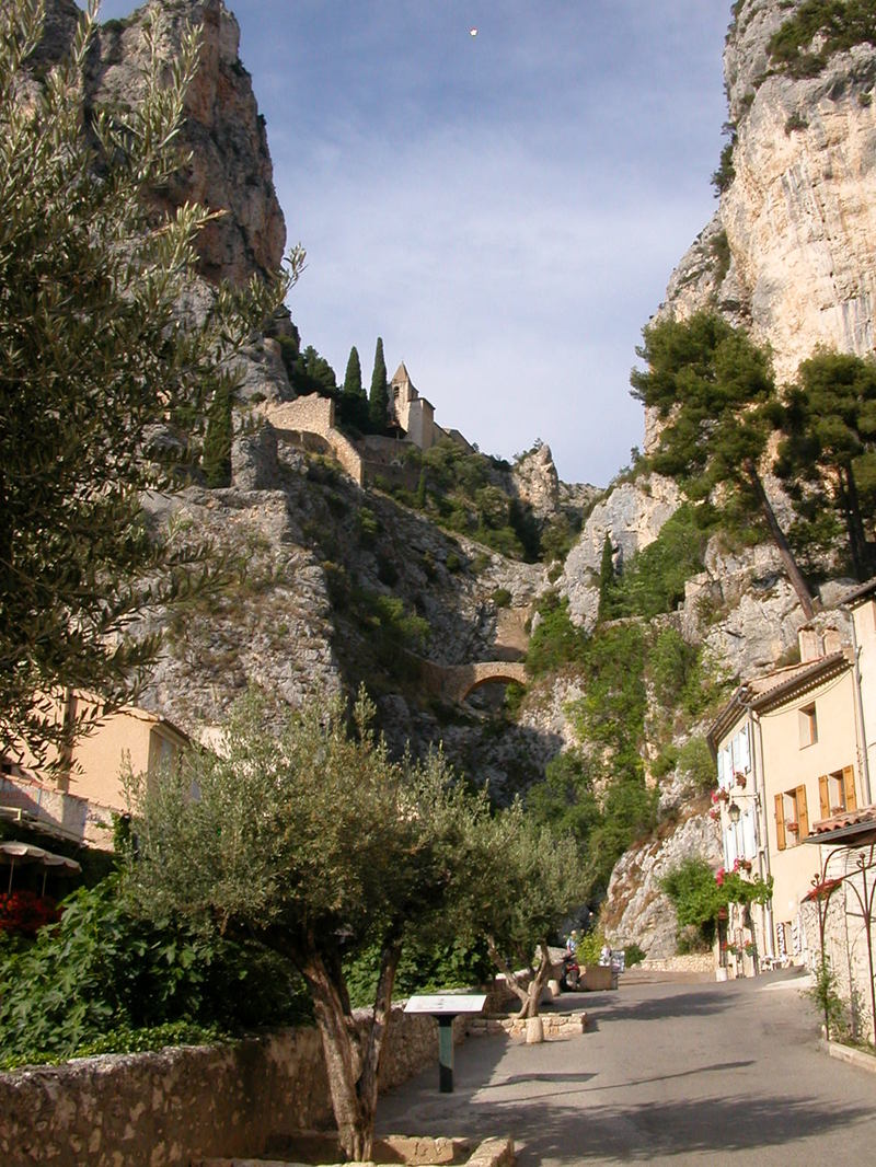 La Chaîne de l'Étoile hanging over the village of Moustiers-Ste-Marie